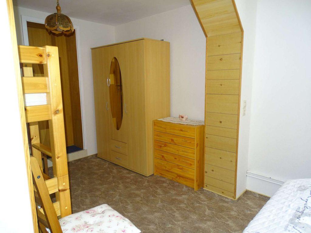 FeWo 1: Schlafzimmer - Blick auf Doppelstockbett und Schränke