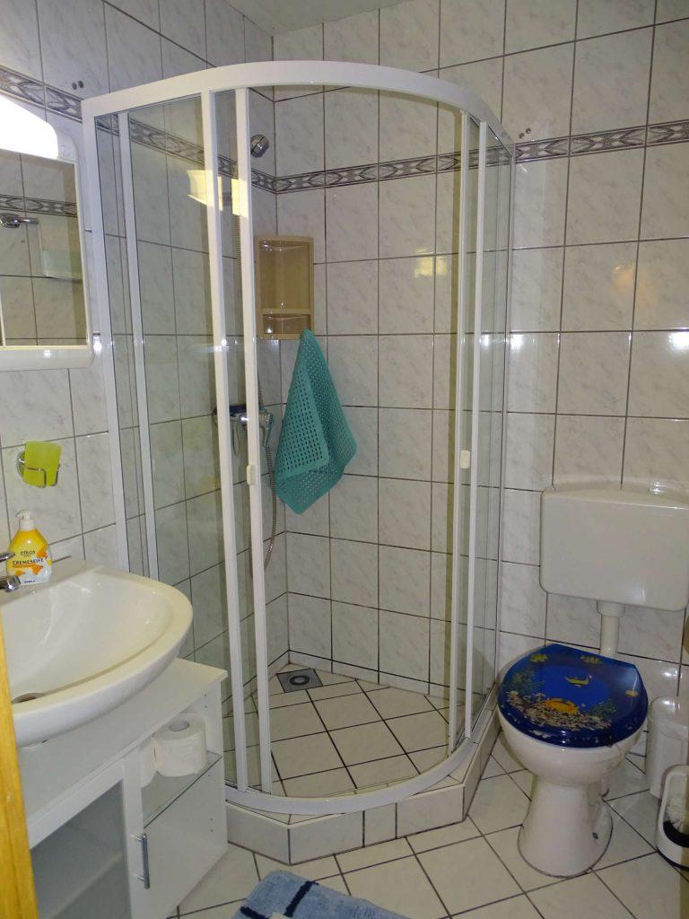 WC und Bad mit Dusche