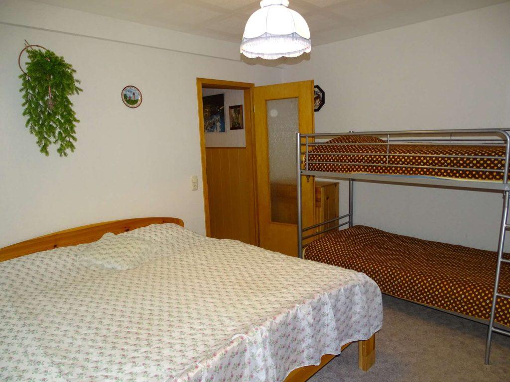 FeWo 3: Schlafraum mit Doppelbett und Doppelstockbett