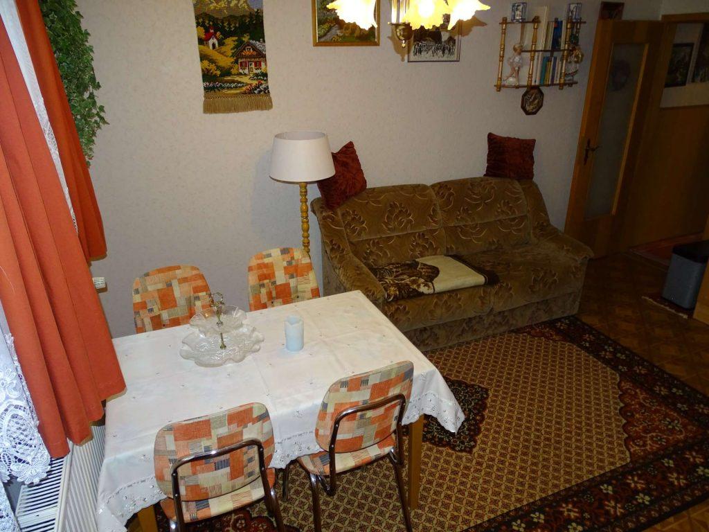 FeWo 3: Wohnraum, Blick auf Esstisch und Sofa