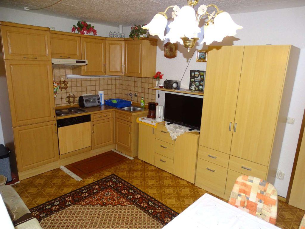 FeWo 3: Wohnraum, Blick auf Küche und Schrankwand
