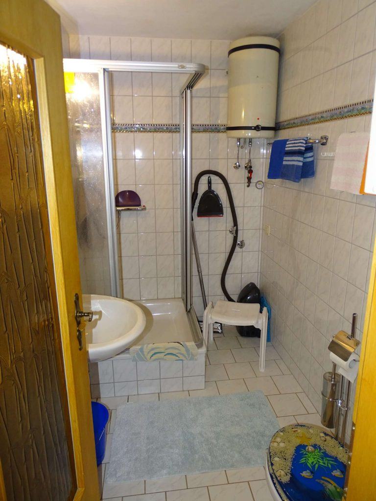 FeWo 3: WC und Bad mit Dusche